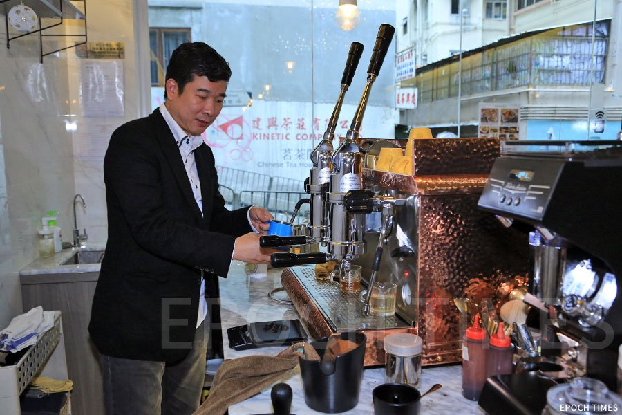 咖啡店使用一部全手動咖啡機,從意大利引入。(陳仲明/大紀元)