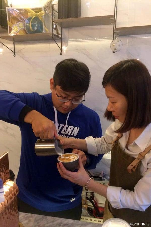 Yinco教授咖啡拉花技巧。(受訪者提供)