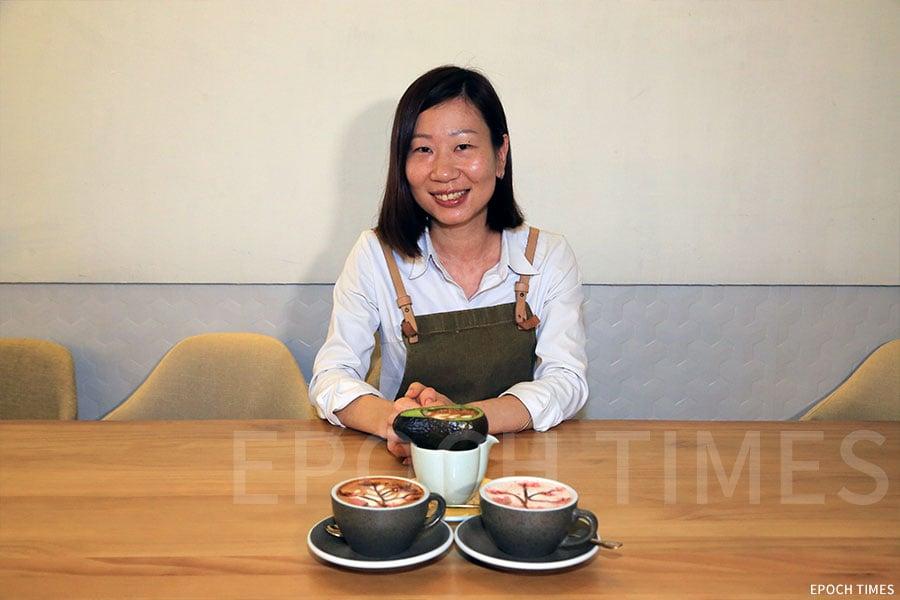 店員Yinco獨家調製出兩款風味十足的櫻花飲品。(陳仲明/大紀元)