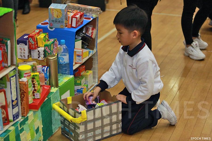 自由遊戲區以《小雞逛超市》繪本作為主題設計,小朋友在「超市」選購商品。(陳仲明/大紀元)