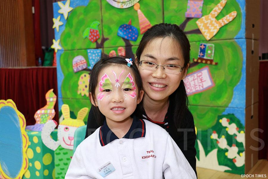 黃士心幼稚園的學生家長Irene帶女兒前來參與活動。(陳仲明/大紀元)
