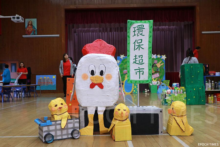 自由遊戲區以《小雞逛超市》繪本作為主題設計,小朋友擔任收銀員。(陳仲明/大紀元)
