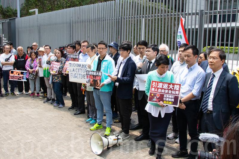 民陣連同數十民間團體成員及民主派立法會議員,昨日到政府總部前地示威,反對政府修訂《逃犯條例》。(蔡雯文/大紀元)