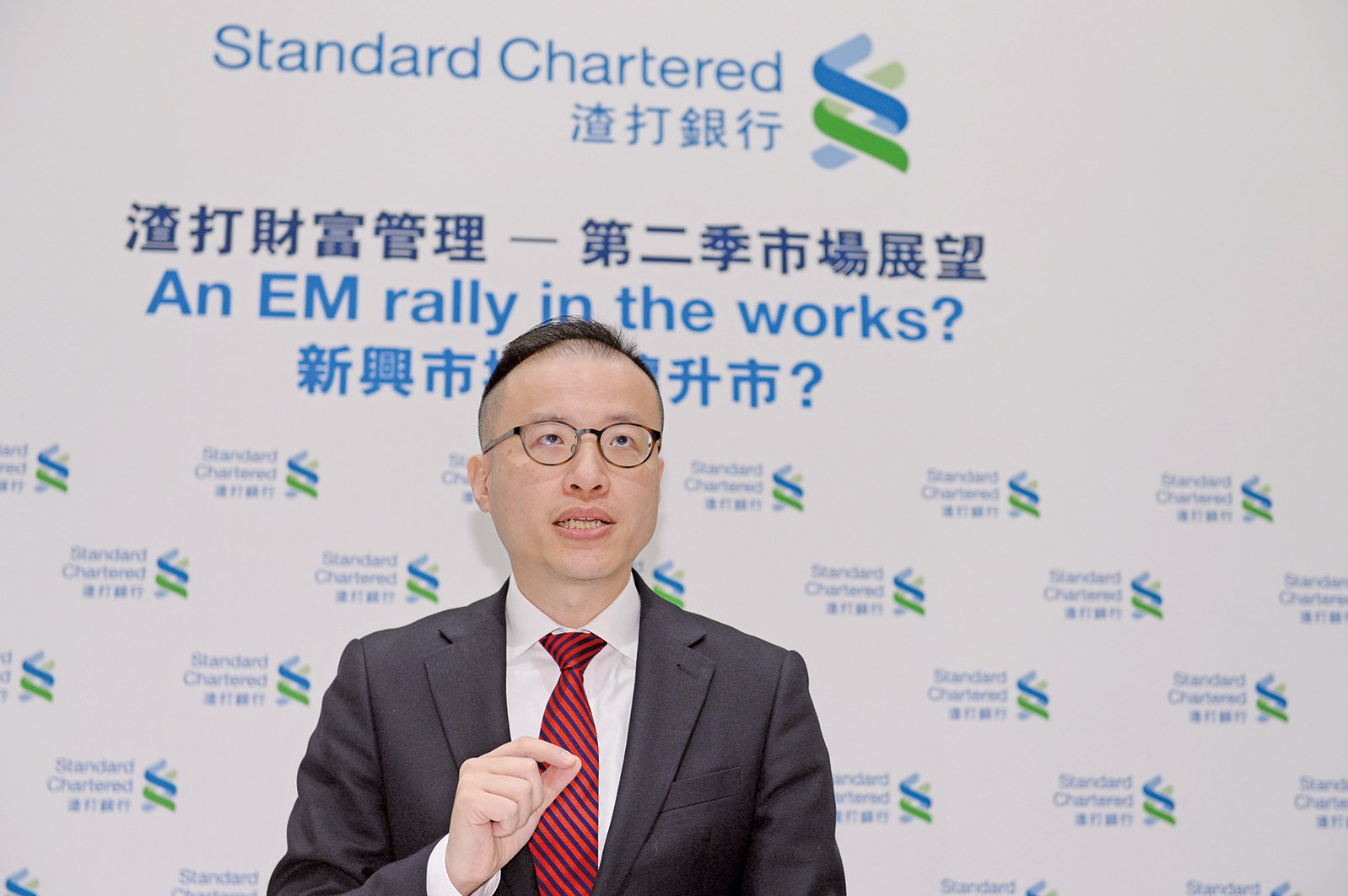 渣打財富管理投資策略主管梁振輝表示,港股將於30000點整固。(宋碧龍/大紀元)