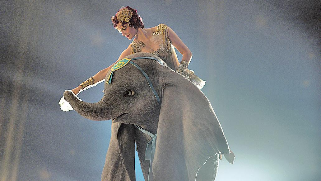 小飛象Dumbo展現飛行能力的橋段頗多,每次都是相當出色的視覺享受。牠跟高空特技女表演者柯蕾搭檔演出,兩人的配合同樣觀賞性出色。