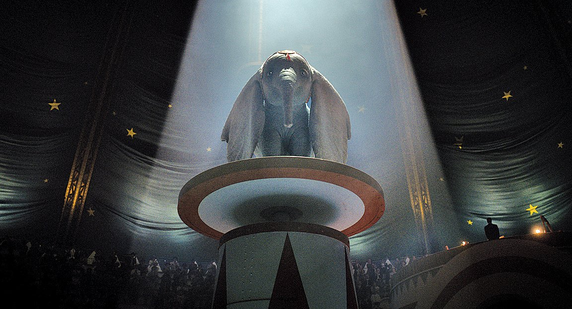 巨大的耳朵帶給Dumbo的幾乎只有歧視,一開始只能在馬戲團扮演供觀眾嘲笑的諧星。