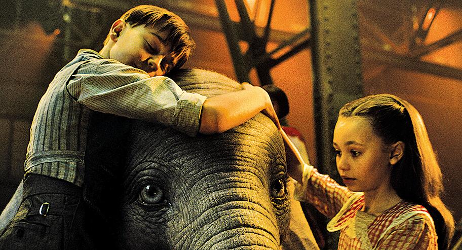米莉與喬這對姊弟意外發現Dumbo能夠藉著大耳朵飛行的驚人天賦,改變了牠的命運。Dumbo能夠發光發熱、屢屢化危機為轉機,他們的幫助功不可沒。