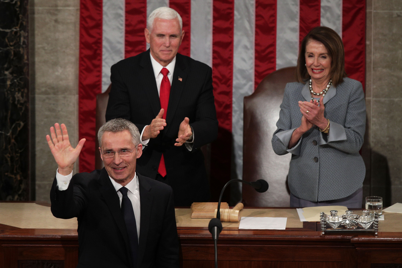 2019年4月3日北大西洋公約組織(NATO)秘書長延斯‧斯托爾滕貝格(Jens Stoltenberg)在華盛頓的美國國會大廈發表講話時揮手致意。美國副總統彭斯(Mike Pence)和國會眾議院議長佩洛西(Nancy Pelosi)起立致意。(Alex Wong/Getty Images)