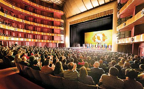 神韻紐約藝術團2019年度在林肯中心的第二輪巡演連續15場爆滿,2.5萬人進場爭睹。(戴兵/大紀元)