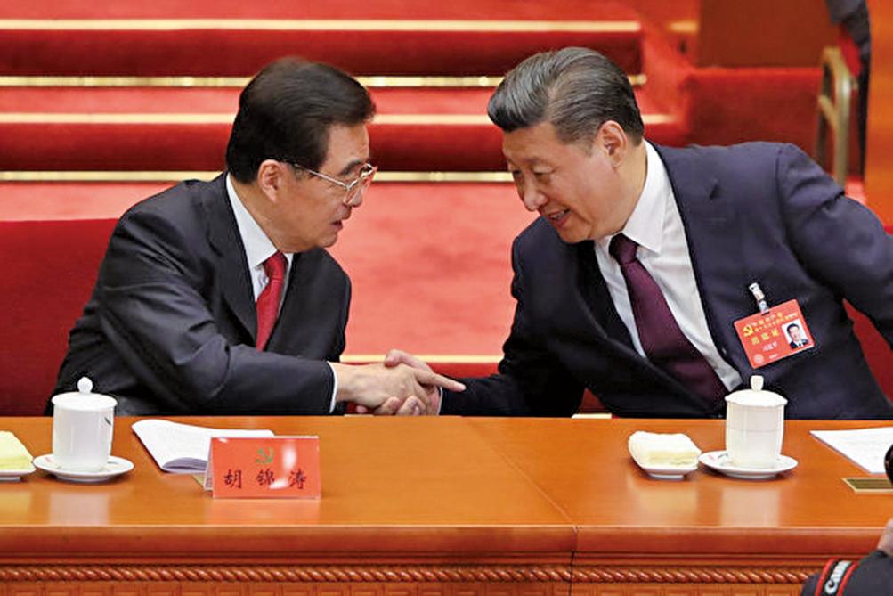 中共十八大後,胡錦濤將權力全部移交習近平後,兩人曾共同對付政敵江澤民團夥。圖為習近平(右)宣讀完中共十九大報告後,回到主席台與胡錦濤(左)互動。(Getty Images)