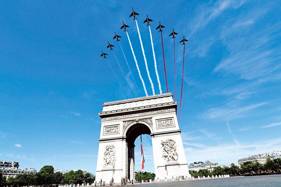 2017年7月14日法國國慶日,阿爾法教練機飛越巴黎凱旋門。(ETIENNE LAURENT/AFP/Getty Images)。