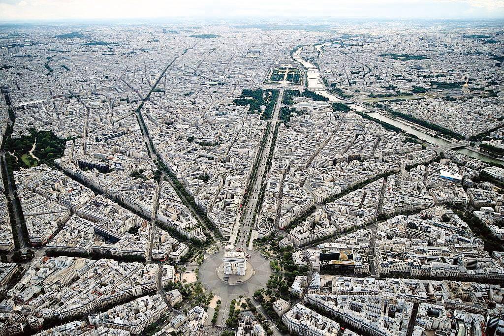 法國巴黎凱旋門空照圖,攝於2016年7月14日。(THOMAS SAMSON/AFP/Getty Images)