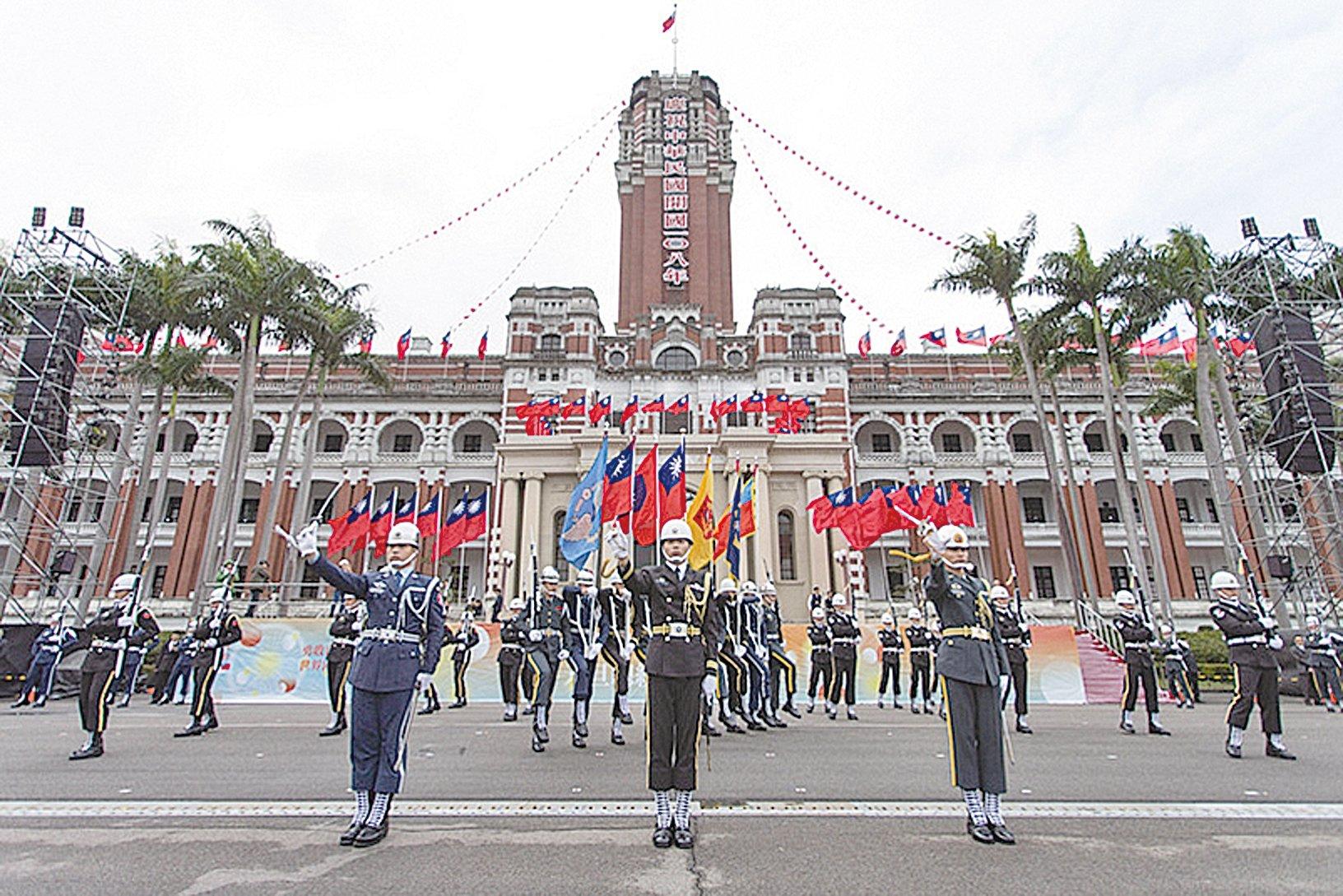 2018年12 月30 日下午,中華民國三軍儀隊為兩天後舉行的總統府升旗典禮進行總綵排。(軍聞社提供/ 中央社)