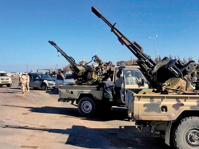 2019年4月6日,獲聯合國支持的聯合政府和民兵,集結在的黎波里沿海郊區塔朱拉。(AFP)