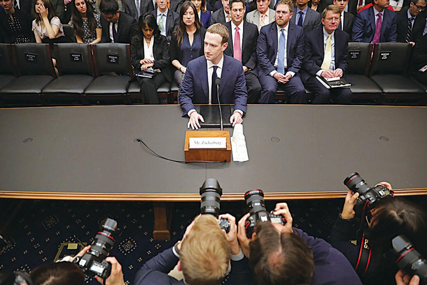 朱克伯格在去年四月參加了美國參議院商業和司法委員會聽證會,他的表現不算坦誠。(Getty Images)