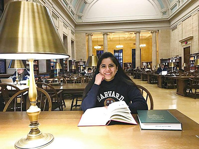達芙妮(Dafne Almazan)是墨西哥知名的天才兒童,目前在哈佛攻讀碩士學位。她笑容甜美,卻有一個比成就自己還偉大的夢想——就是成就他人。(Centro de Atencion al Talento Facebook)