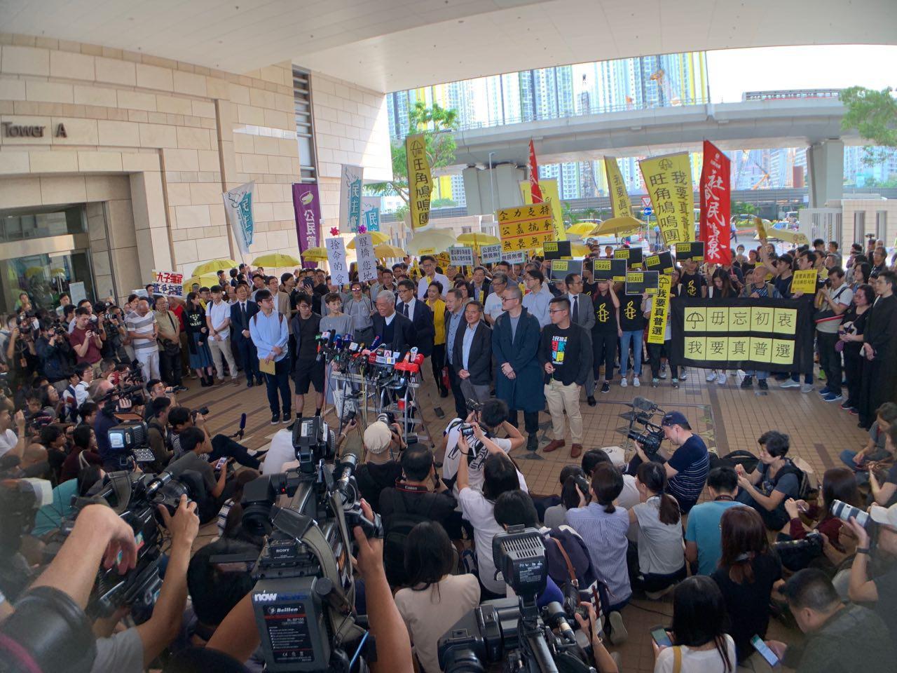 大批支持者及中外傳媒擠滿法庭外。(李逸/大紀元)