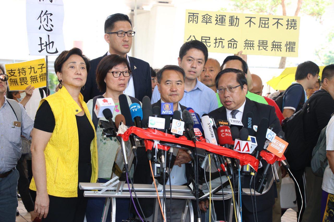李永達在法庭宣布罪成後保釋見傳媒。(蔡雯文/大紀元)