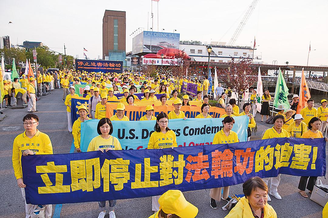 2018年7月16日,紐約數百名法輪功學員在中領館前舉行反迫害集會,呼籲國際社會共同制止中共迫害。(戴兵/大紀元)
