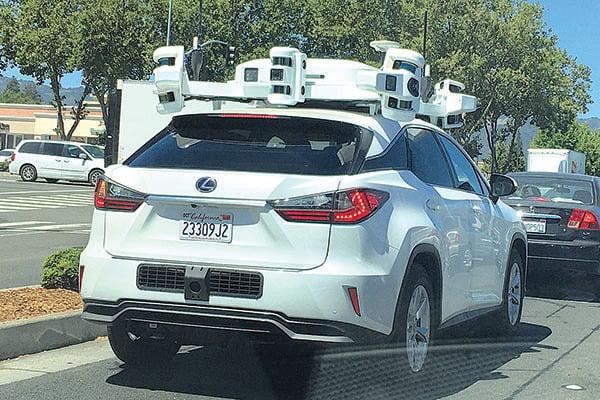 正在矽谷森尼韋爾行駛的蘋果公司自駕車。(曹景哲/大紀元)
