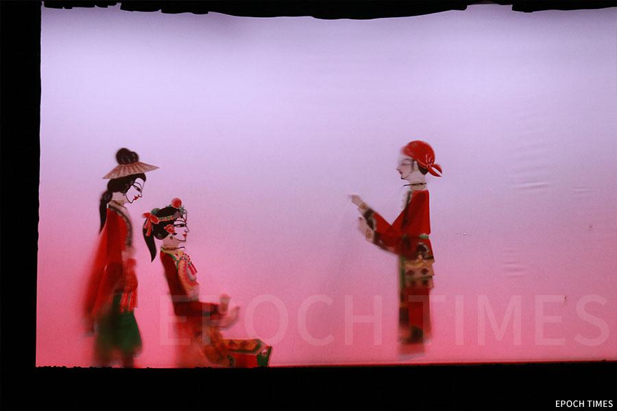 木偶師傅黃暉製作的《縱橫四海——張保仔傳奇》皮影戲。(陳仲明/大紀元)