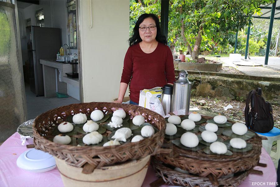 沙螺灣村村長李秀梅親自講解如何製作茶粿。(陳仲明/大紀元)