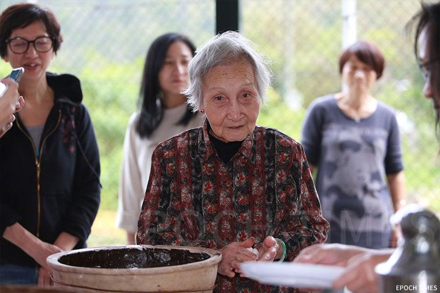 李秀梅村長年逾八旬的母親也親自上陣示範製作茶粿的技巧。(陳仲明/大紀元)