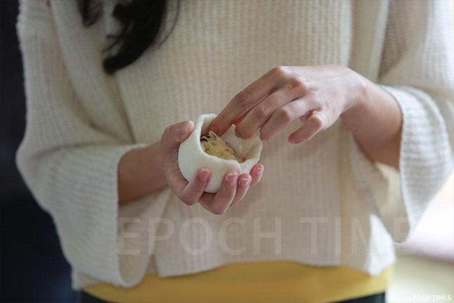 在沙螺灣村茶粿工作坊上,參加者有機會親手包茶粿。(陳仲明/大紀元)