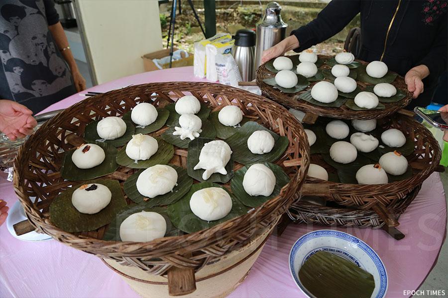 由參加者製作的茶粿。(陳仲明/大紀元)