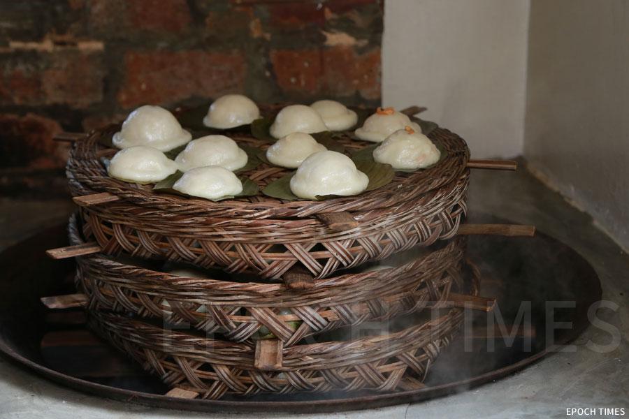 鹹茶粿以傳統炊具蒸煮。(陳仲明/大紀元)