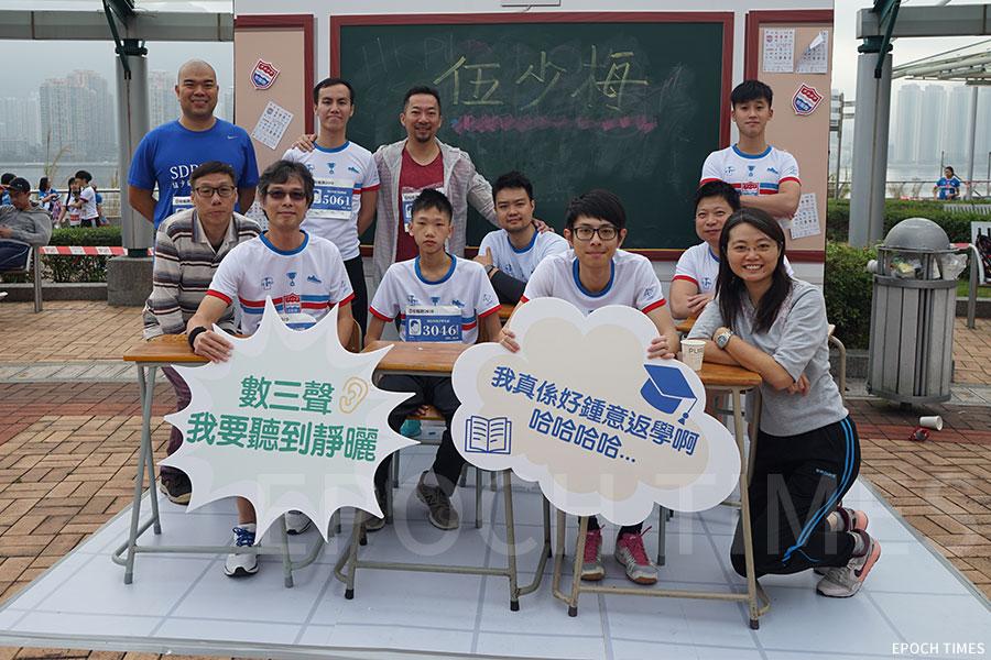 李建文校長(後左三)和學生們的關係良好,常與他們互動。(受訪者提供)