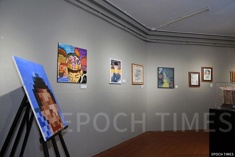 學校的藝術廊整體佈置、燈光、展品擺放都十分講究。(陳仲明/大紀元)