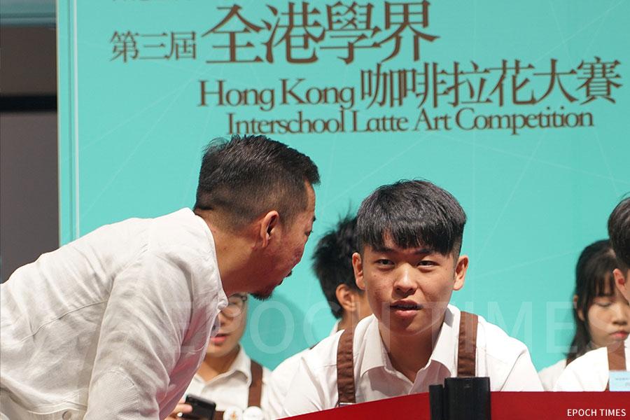 李校長帶領學生參加第三屆全港學界咖啡拉花大賽。(受訪者提供)