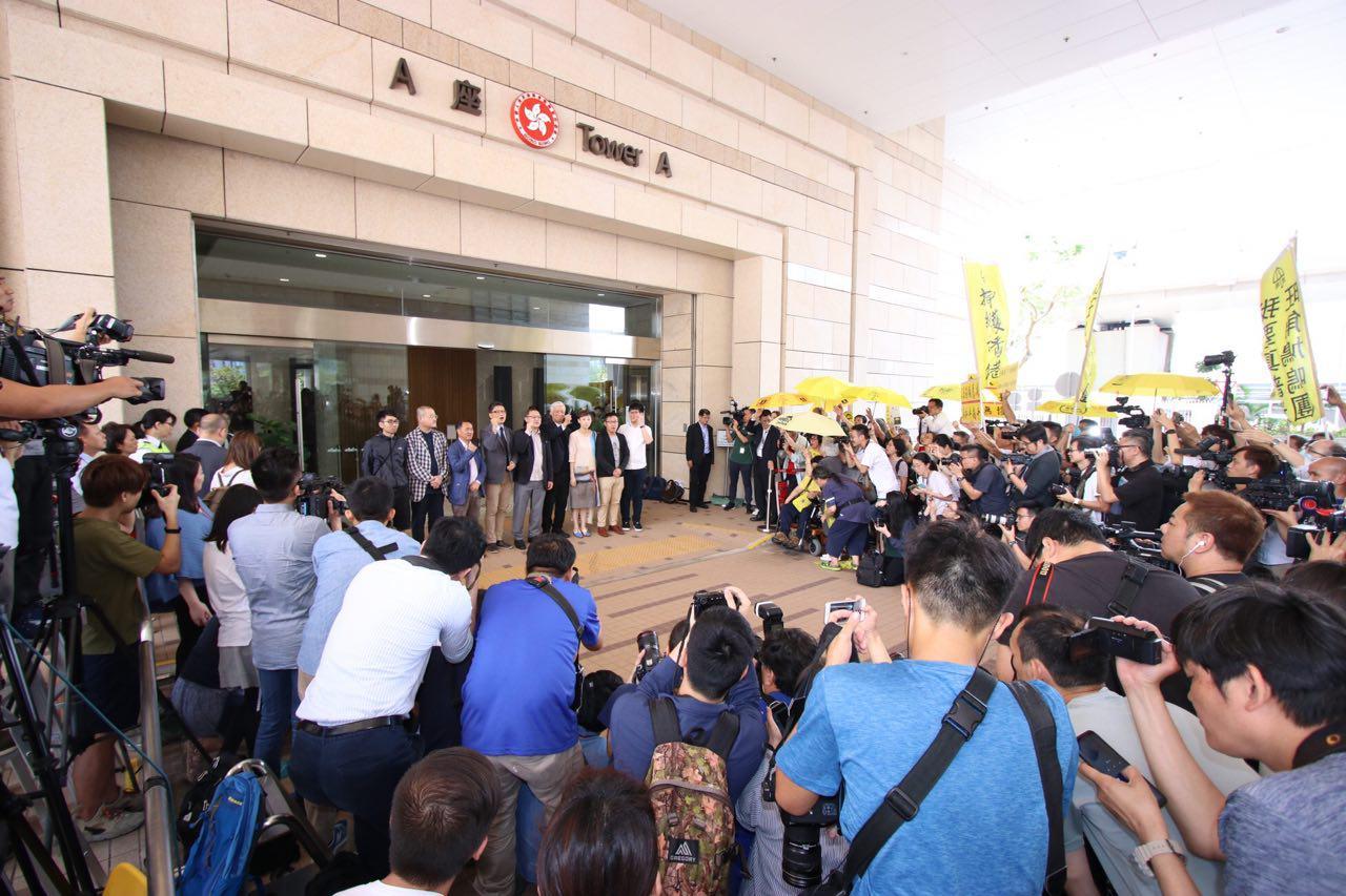 法官押後至本月24日上午判刑,九名被告繼續獲保釋步出法院。(蔡雯文/大紀元)