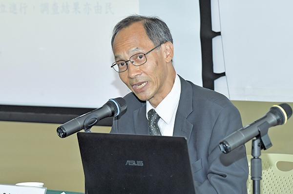 香港大學民意研究計劃總監鍾庭耀在記者會上。(郭威利/大紀元)