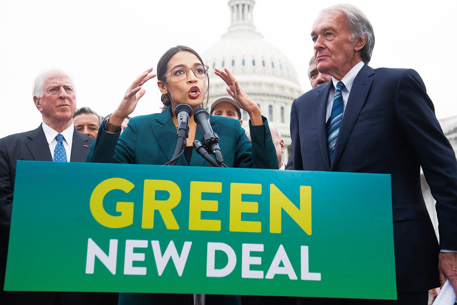 民主黨新人眾議員奧卡西奧科提斯(中),因為建議徵收高達70%的稅來為綠色新政提供資金,引發了大量的批評聲音,因為這個提議將花費美國納稅人高達93萬億美元的資金。(Getty Images)