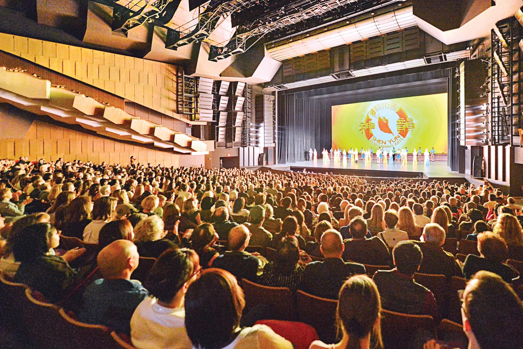 3月31日下午,神韻巡迴藝術團在溫哥華的第10場,也是今年在溫哥華的最後一場演出。(大宇/大紀元)