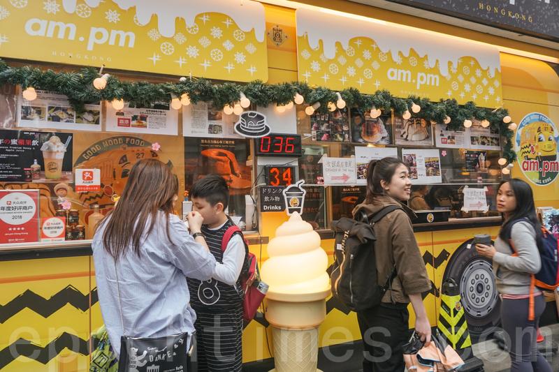 梳乎厘小食店參考了美國的黃色校車外貌,設計成美食車的造型,醒目突出。