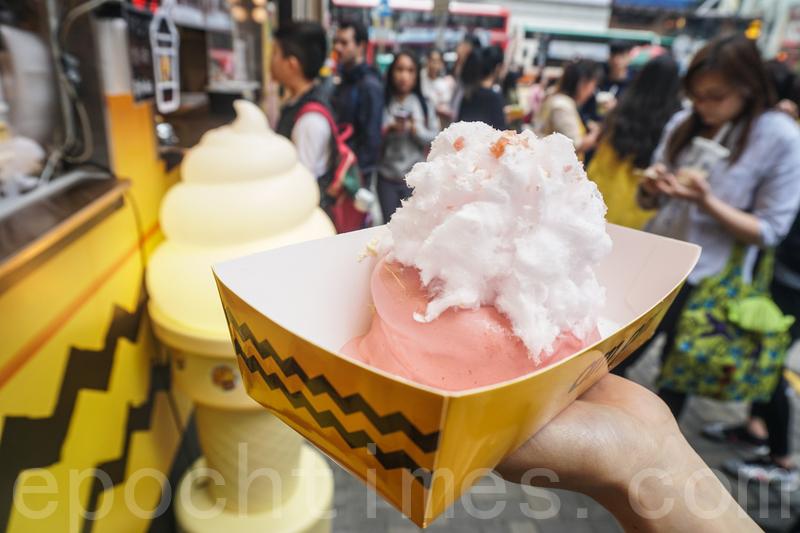 粉紅色的莓果梳乎厘賣相很吸引,上面還灑上爆炸棉花糖。