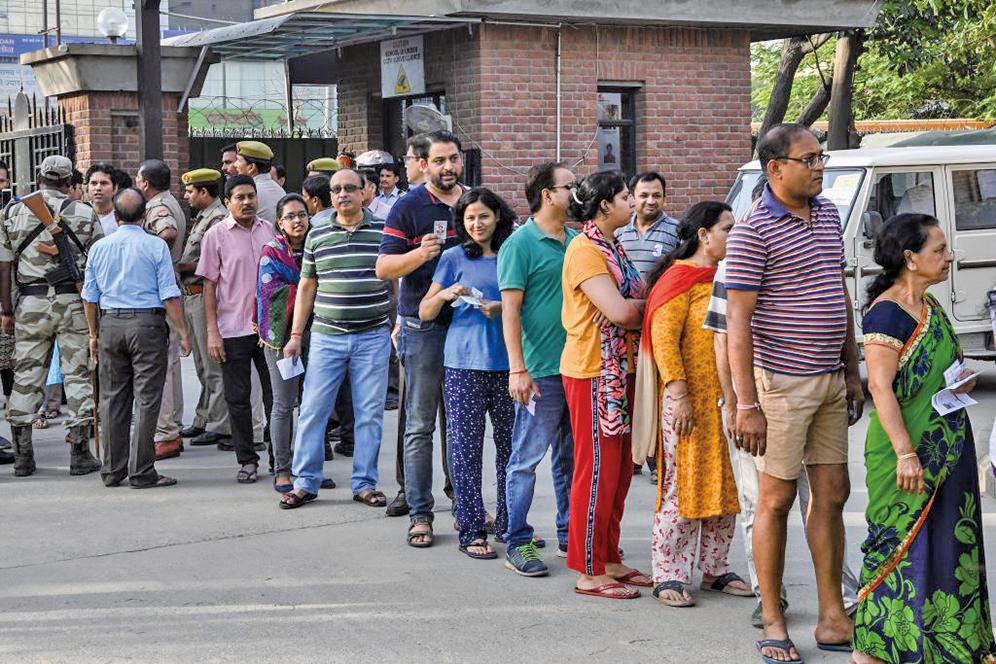 2019年4月11日,印度國會選舉投票起跑,選民開始在投票所前大排長龍。(AFP)