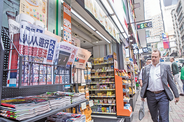《大紀元時報》在全球五大洲發行,在香港的便利店和報攤有售。(大紀元資料圖片)