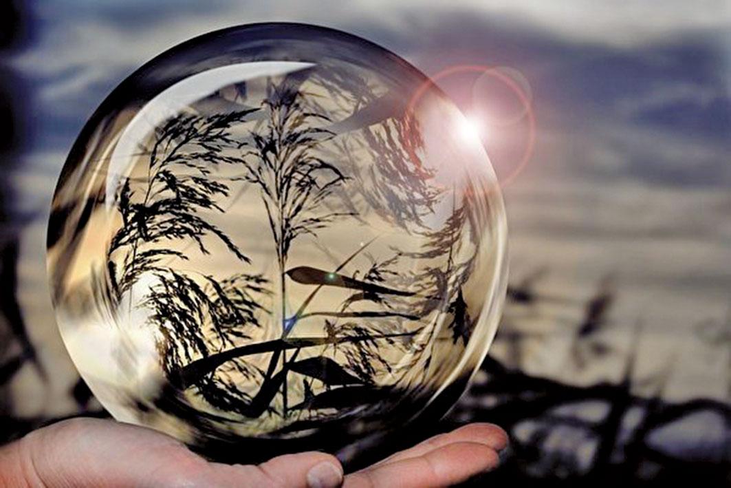 在凝視一顆水晶球時,算命師講述了M的命運。(Pixabay)