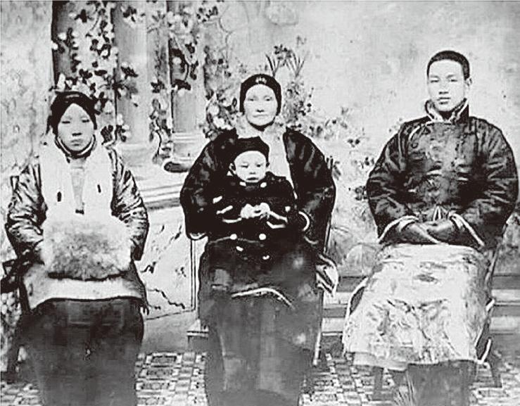 民國前2年(1909)中華民國故總統蔣中正先生(右)與母親王采玉(中)、原配毛福梅(左)、長子蔣經國合照。(公有領域)