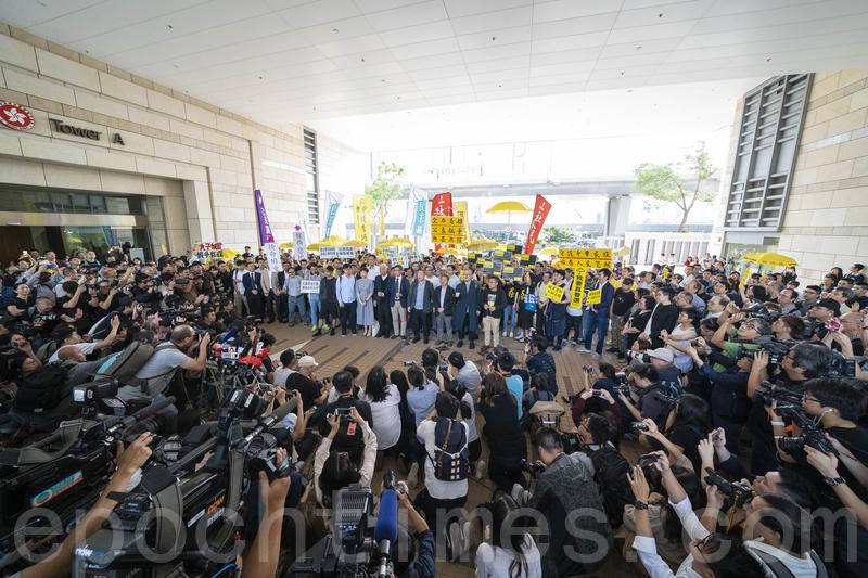 大批本港及國際團體與傳媒昨日湧到法院,支持佔中九子或採訪案件判決結果。(李逸/大紀元)