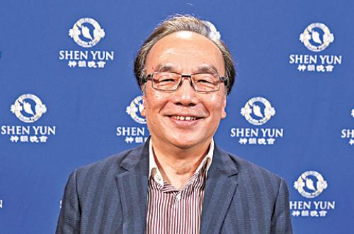 4月13日晚上,香港公民黨主席梁家傑觀賞神韻世界藝術團在台北國父紀念館的演出。(白川/大紀元)
