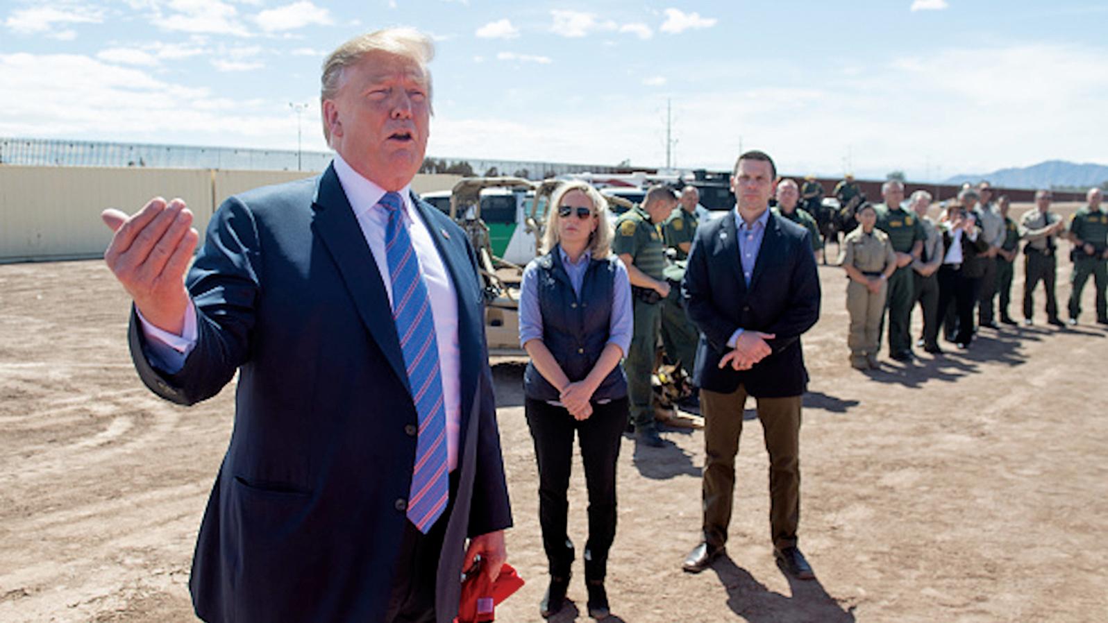 特朗普總統上周五(4月12日)表示,他正考慮將非法越境者送到歡迎他們的庇護城市。(AFP)