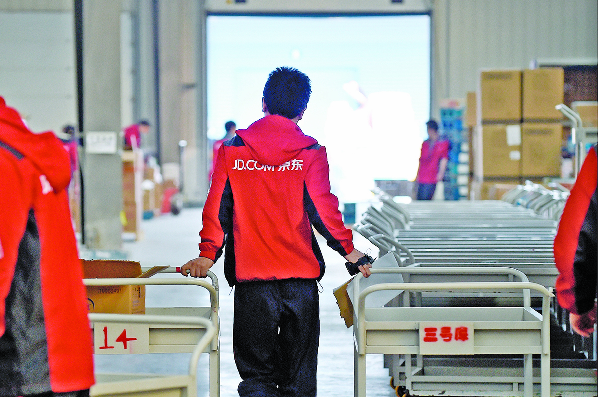 京東員工在河北廊坊的倉庫裏。隨著大陸經濟下滑,裁員潮來勢洶洶,很多底層員工命運堪憂。(AFP)