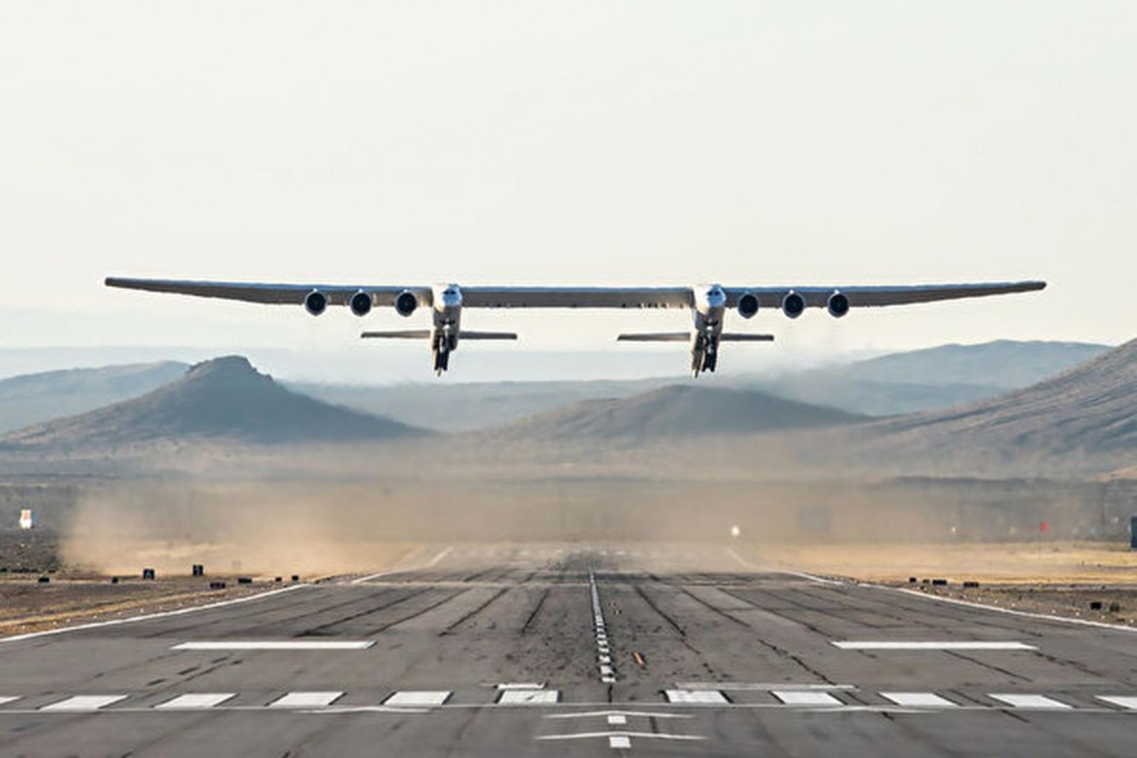 周六(4月13日)早上,世界上最大的、獨一無二的飛機Stratolaunch在美國加州莫哈韋(Mojave)沙漠上完成首次試飛。(Handout / Stratolaunch Systems Corp / AFP)