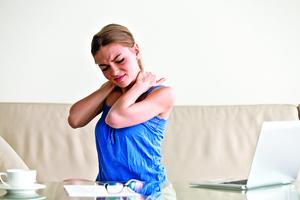 在電腦前運動 手臂轉動20下 紓解肩胛骨疲勞