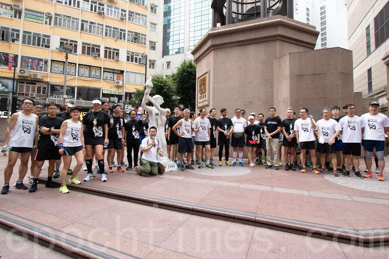 「六四長跑隊」大約8時30分到達銅鑼灣時代廣場。(蔡雯文/大紀元)